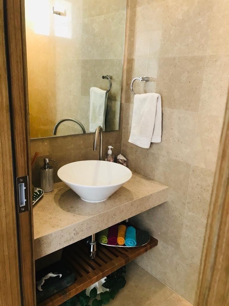 17 de 21: Medio baño para visitas.