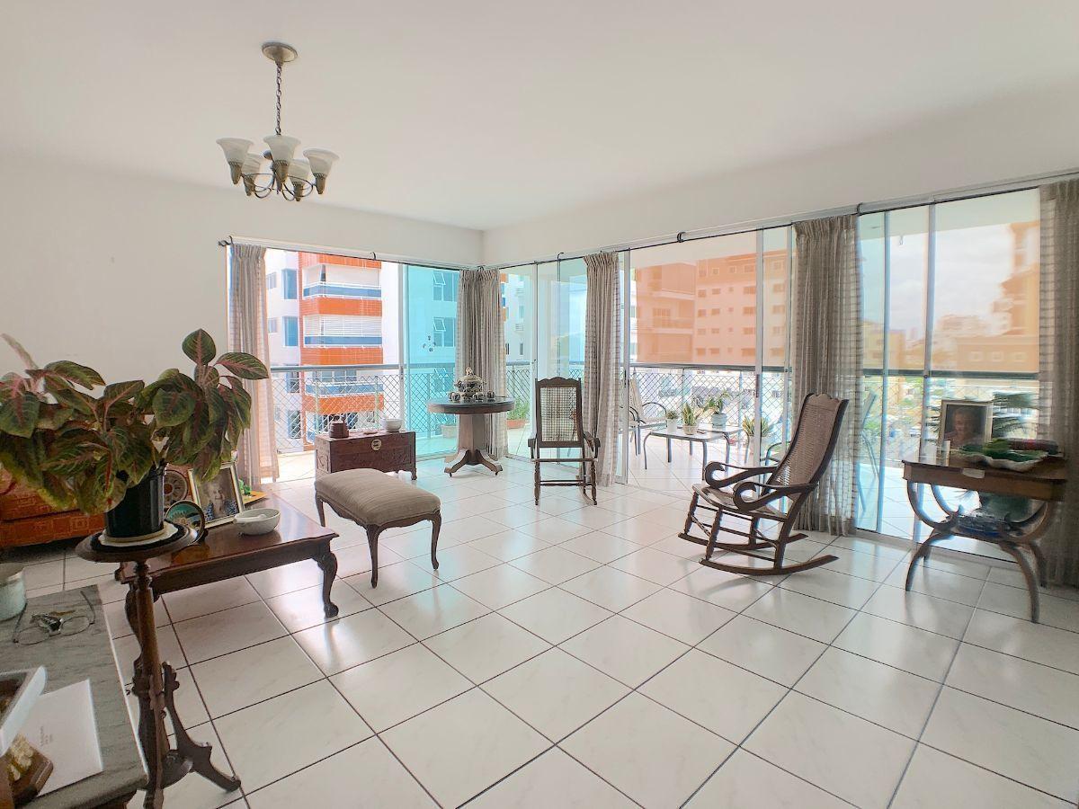 2 de 20: Sala con buena iluminación y conección a los 2 balcónes