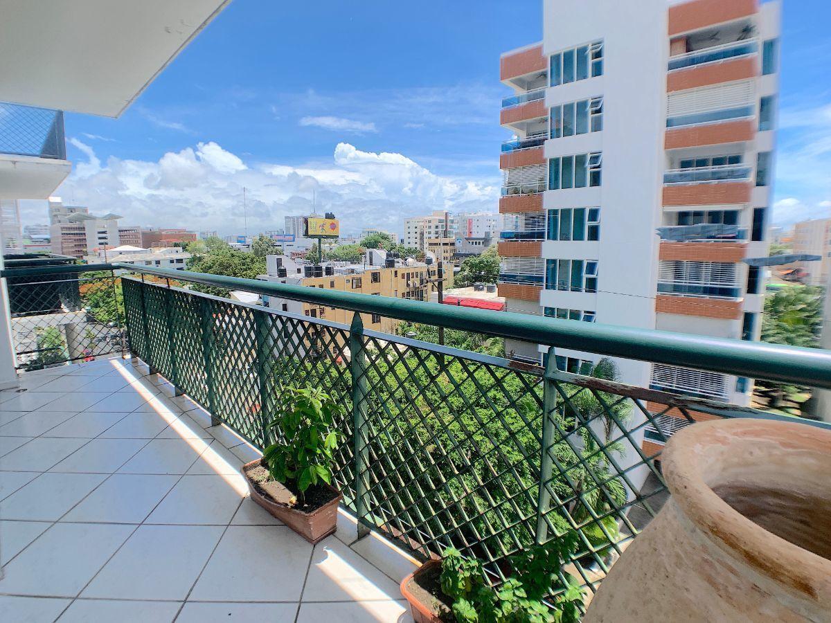 20 de 20: Balcón con vista a la calle