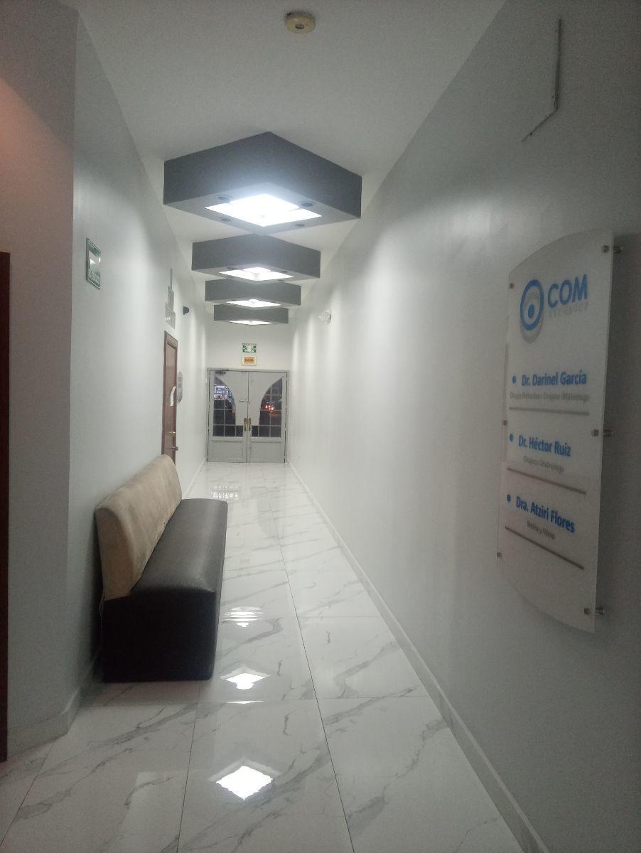 9 de 10: Pasillo donde se pueden sentar pacientes aparte hay baño