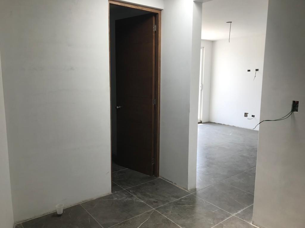 15 de 27: Sala de tv y baño compartido
