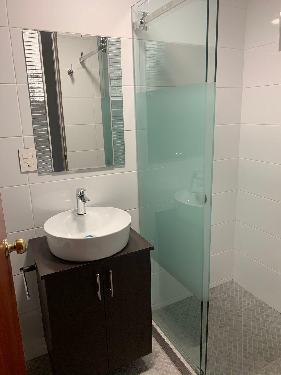 9 de 13: Baño completo de habitación 1