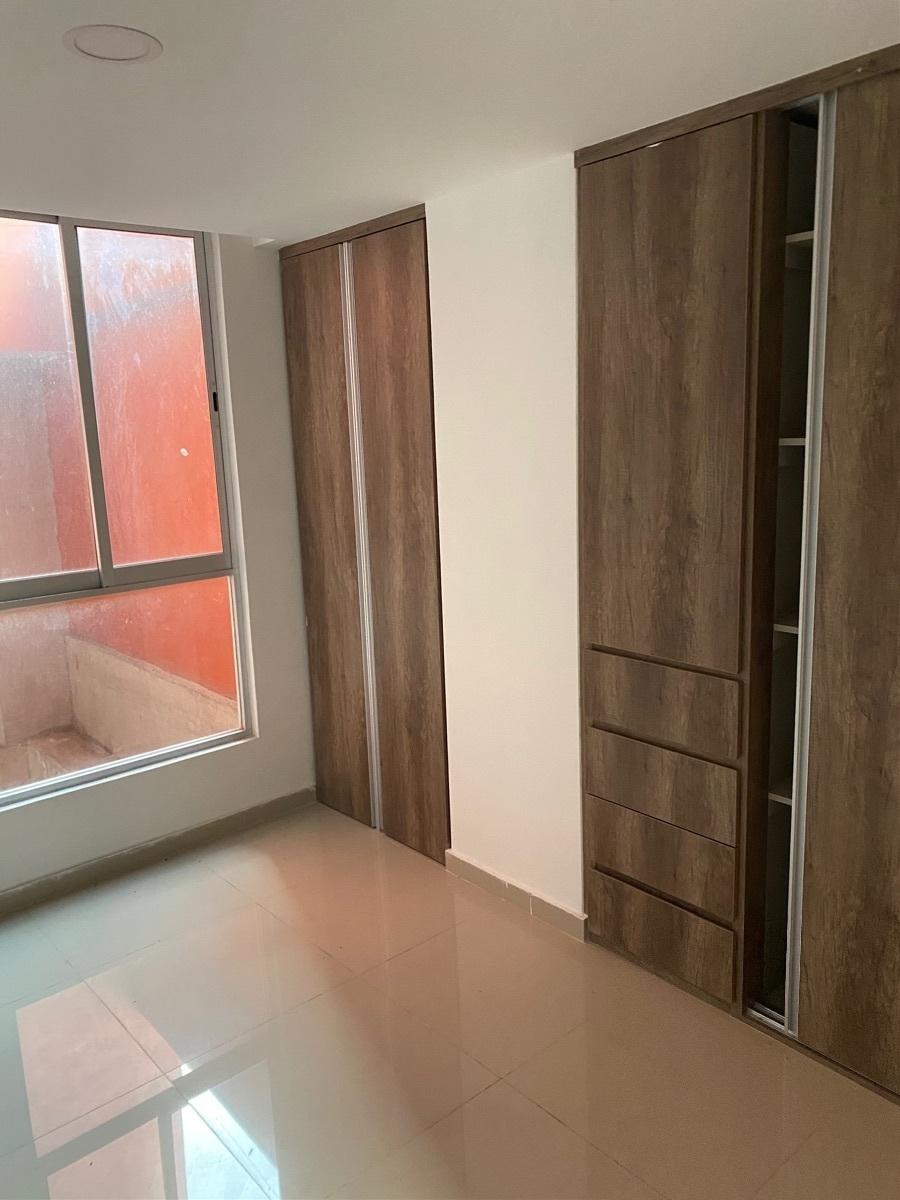 4 de 23: Ventanal de recámara con excelentes acabados de closets