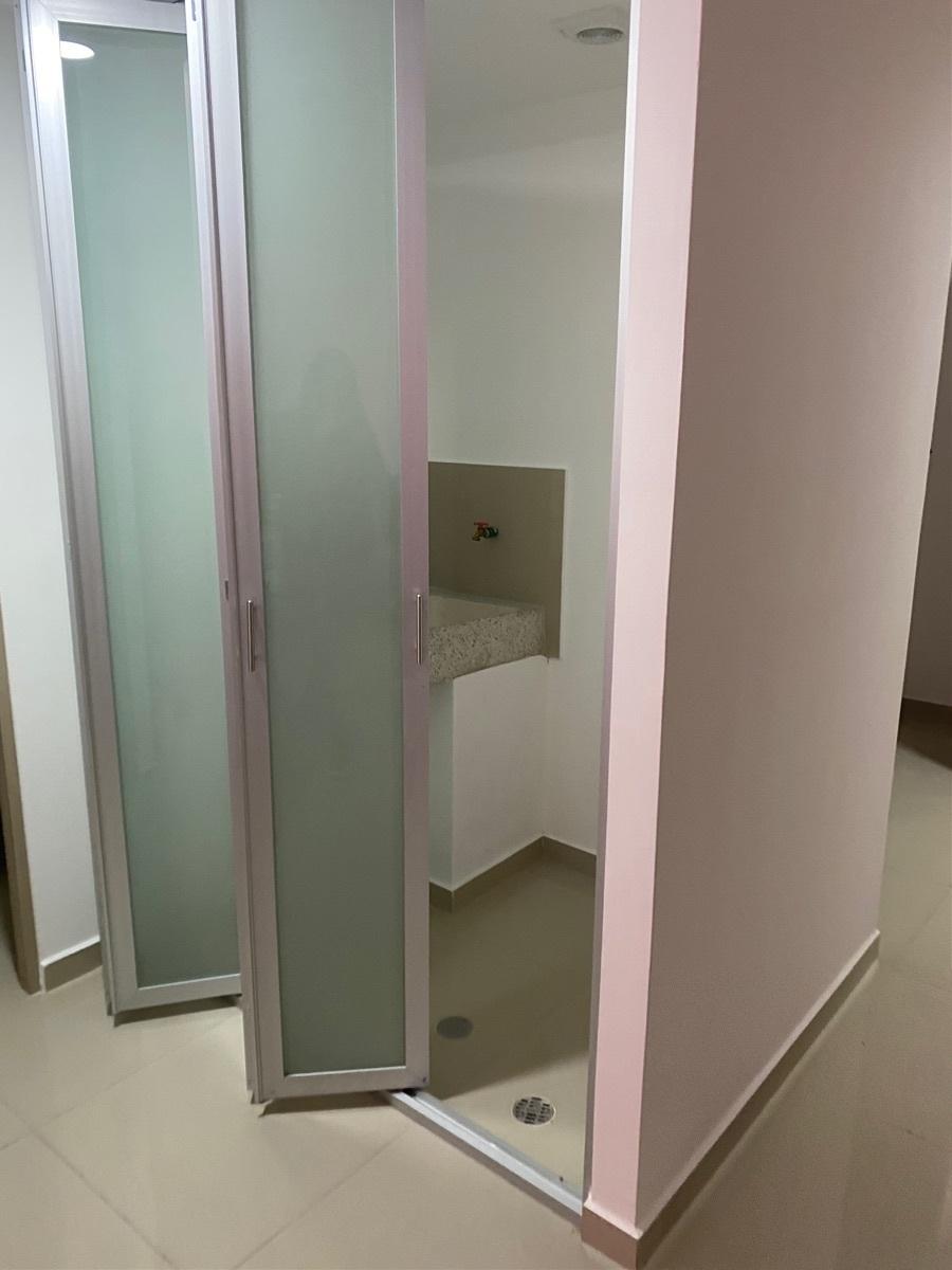 18 de 23: Puerta cristal templado y esmerilado de área de lavado