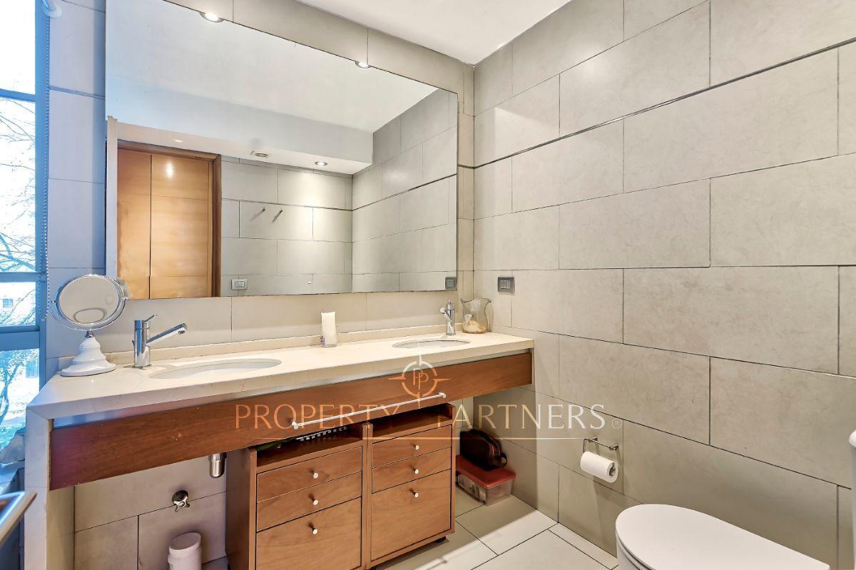 10 de 21: Baño principal con doble vanitorio y luz natural