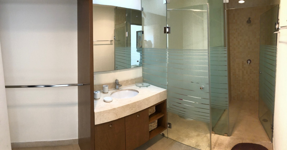 7 de 13: Baño de la recámara principal con vestidor