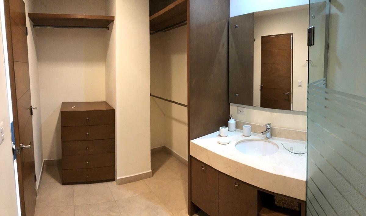 8 de 13: Vestidor y baño de la recámara principal