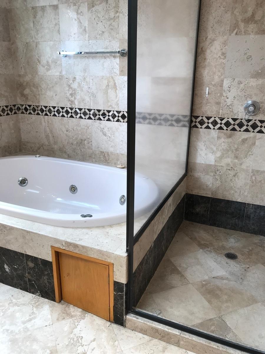 8 de 24: Baño principal con jacuzzi