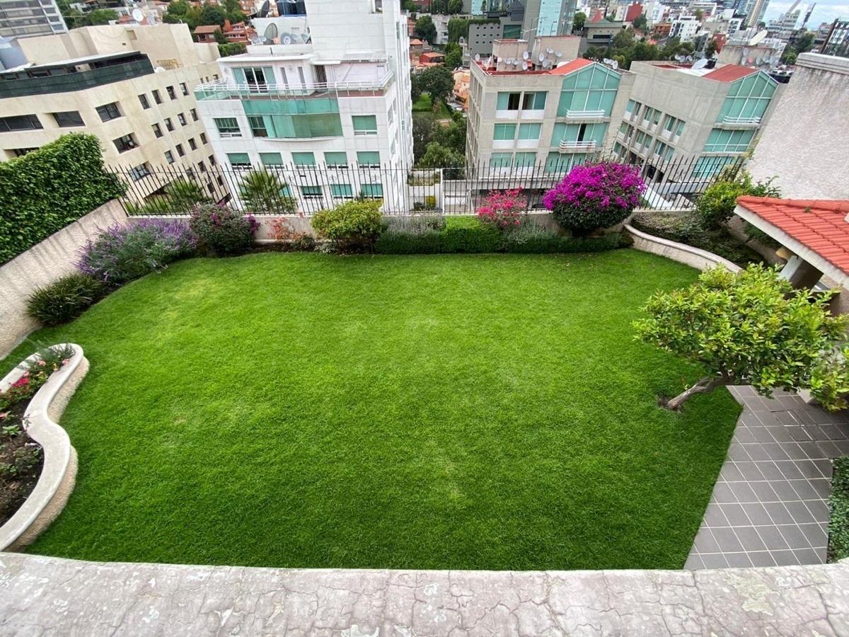 8 de 12: Impecable jardín