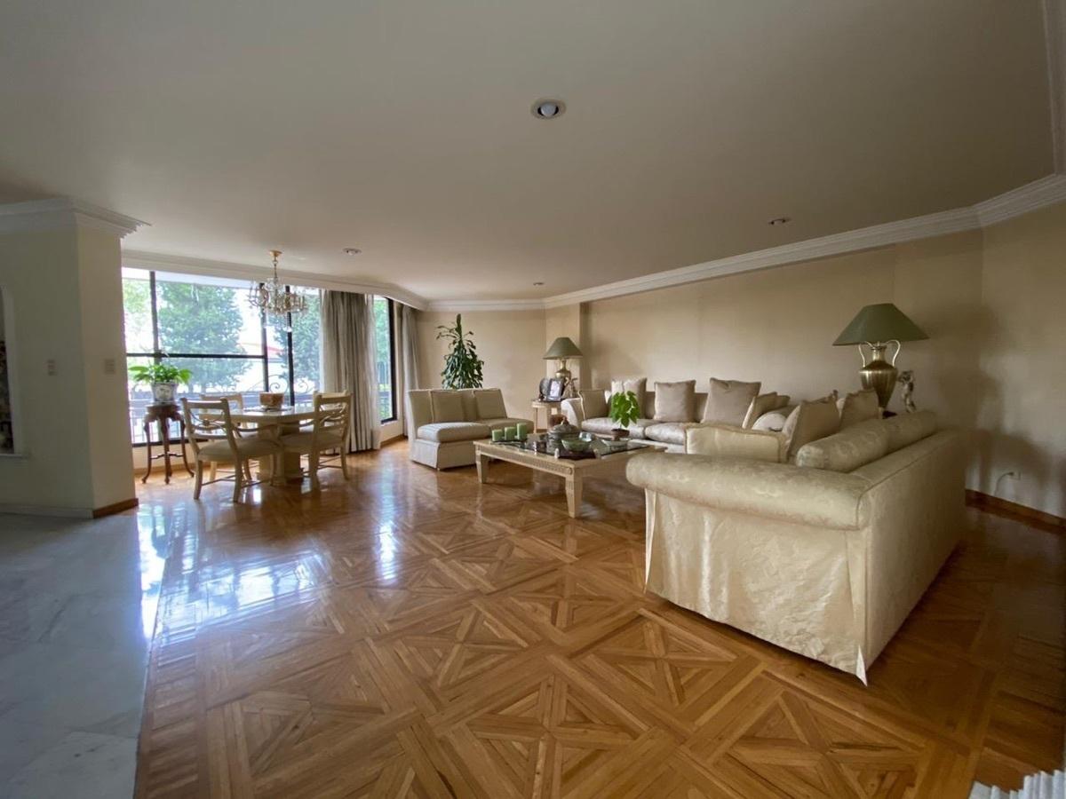 7 de 12: Sala con pisos de madera