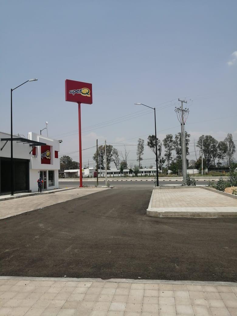 2 de 10: Vista de la entrada  donde hay una plaza comercial.
