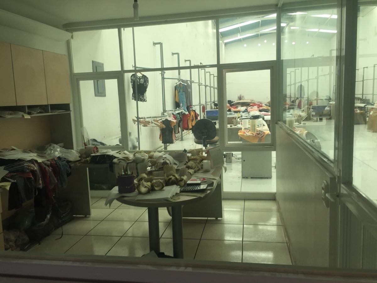 13 de 32: vista desde el interior de oficina hacia la bodega
