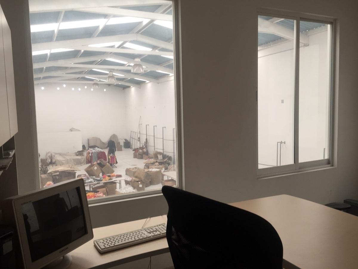 27 de 32: vista desde la oficina a toda la bodega