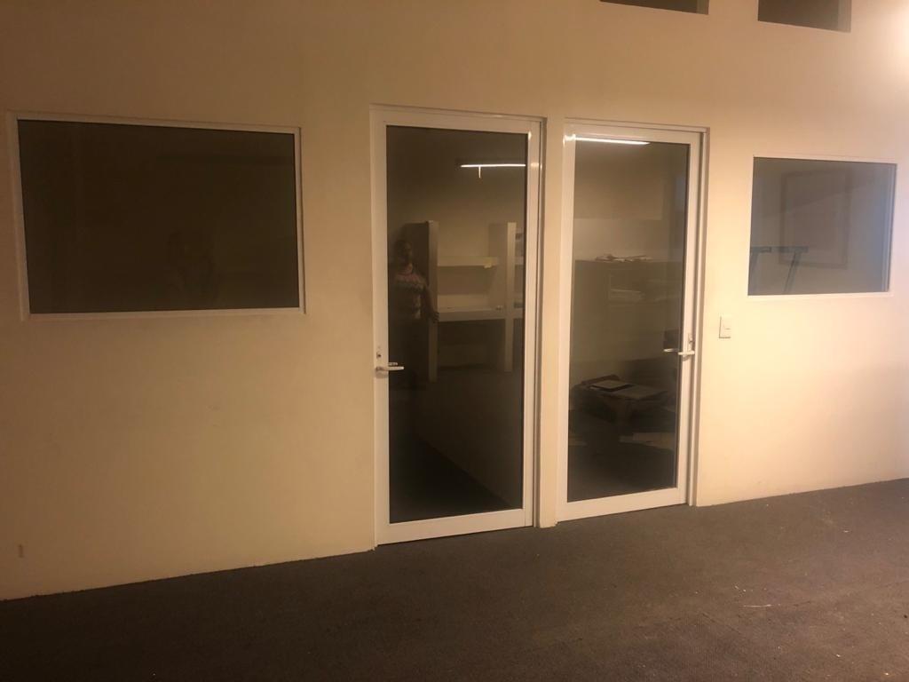 6 de 10: oficina posterior con divisiones