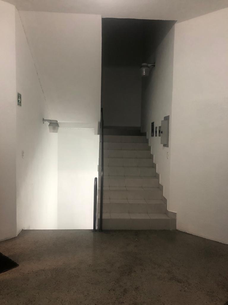 8 de 10: distribuidor 1er piso escalera sube a un nivel superior
