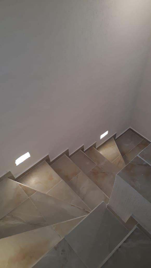 5 de 9: Escaleras con luces empotradas