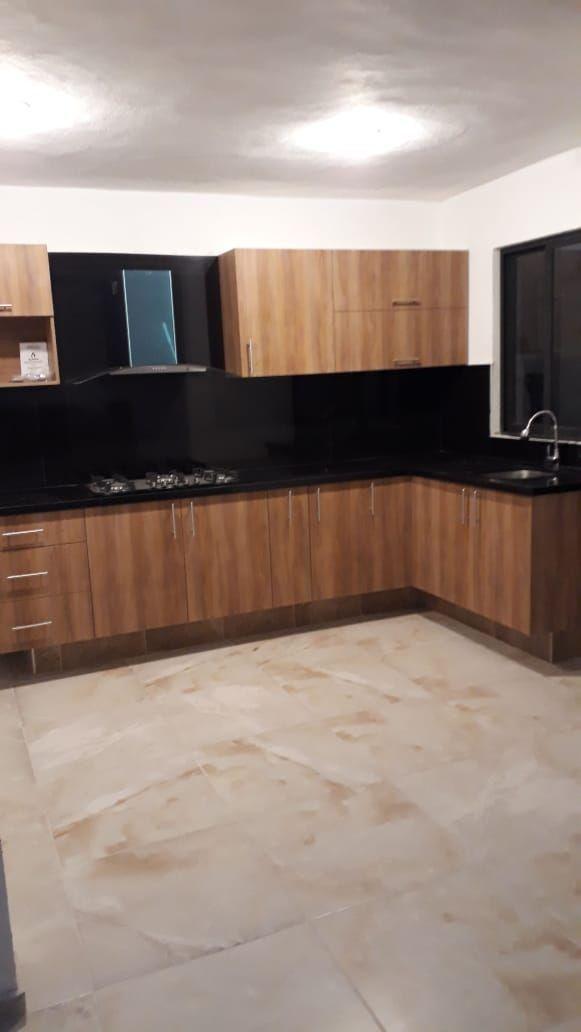 2 de 9: Vista amplia de la cocina
