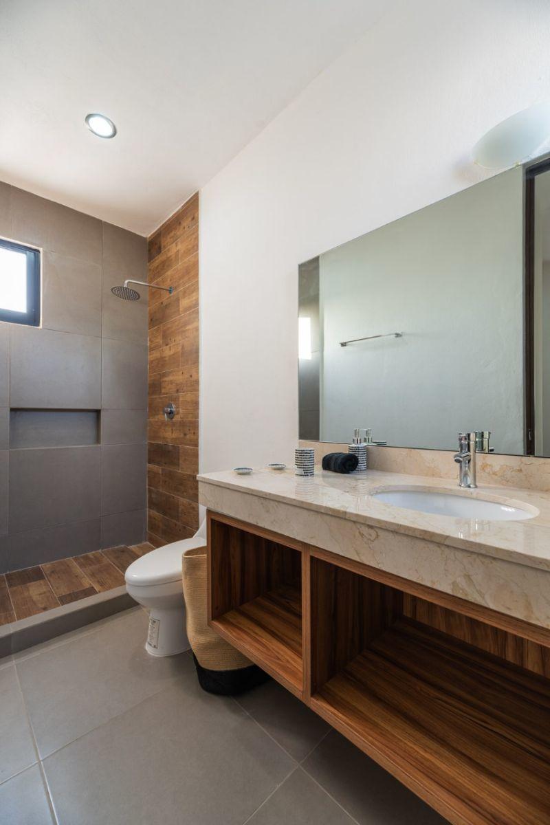12 de 15: Baño principal con meseta de mármol (no incluye carpintería)