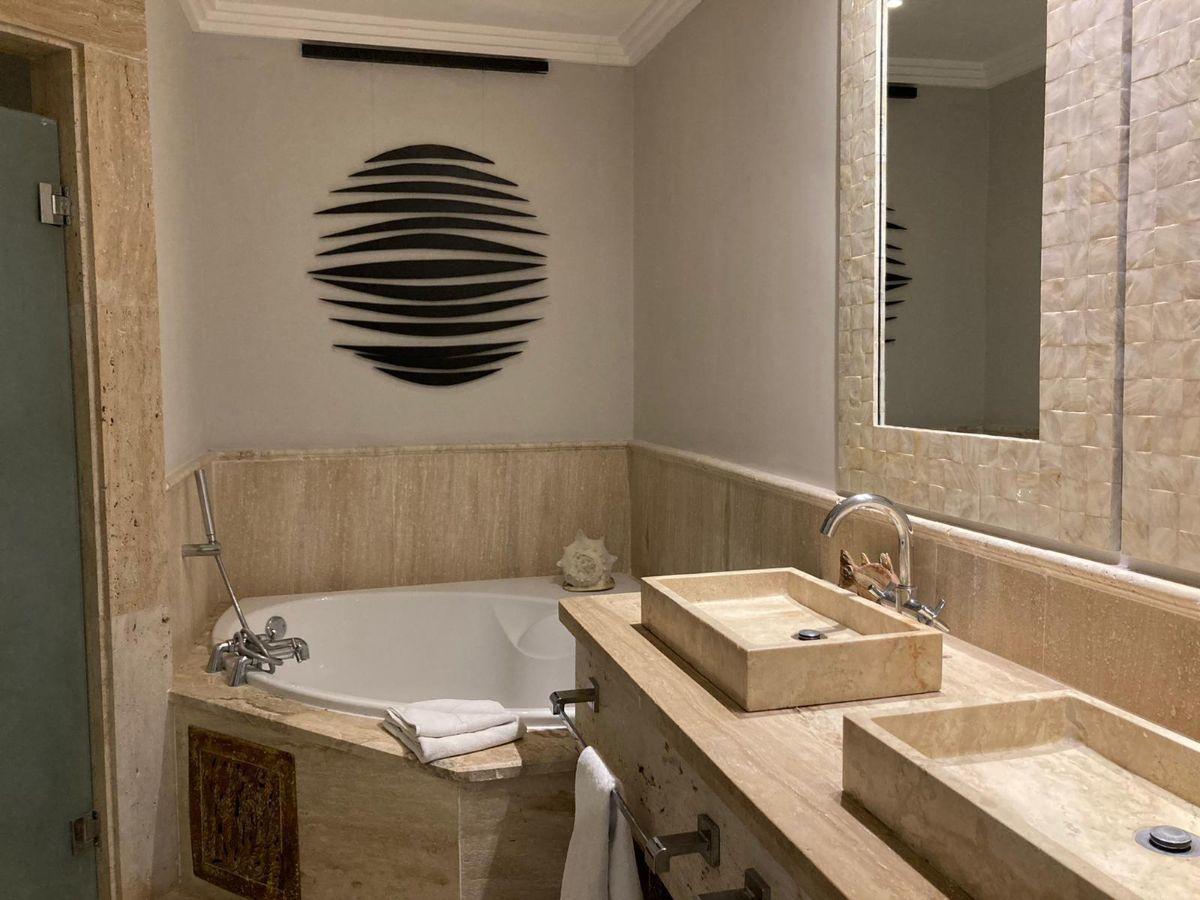 8 de 20: Baño con ducha, Jacuzzi, 2 lavamanos.