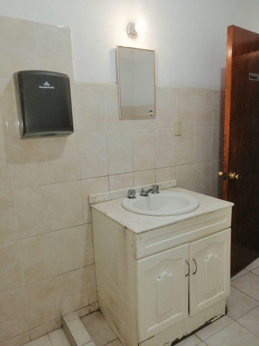 17 de 26: baño oficina principal