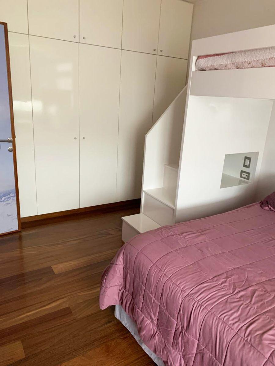 23 de 28: Segundo dormitorio con closet y piso madera estructurada.