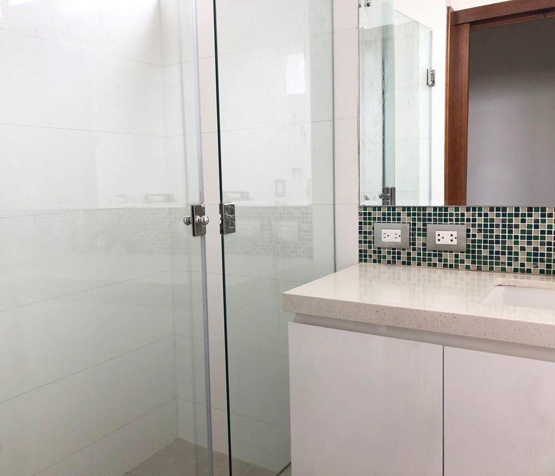 26 de 28: Baño del tercer dormitorio con pisos de porcelanato.