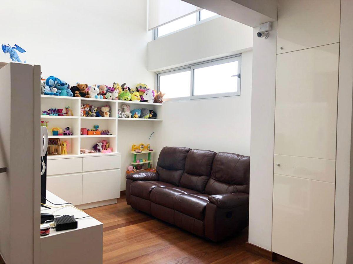 11 de 28: Sala de televisión, pisos de madera estructurada.