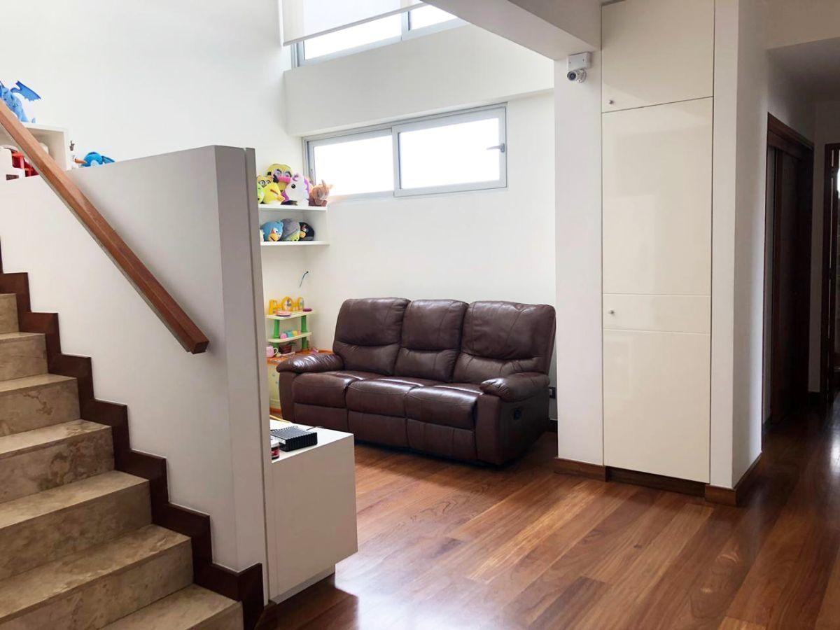 12 de 28: Escalera que da al área social del piso 8.
