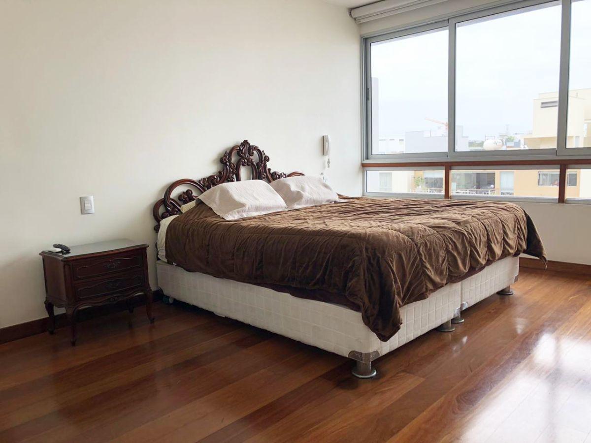13 de 28: Dormitorio principal, con corriente 110V y 220V.