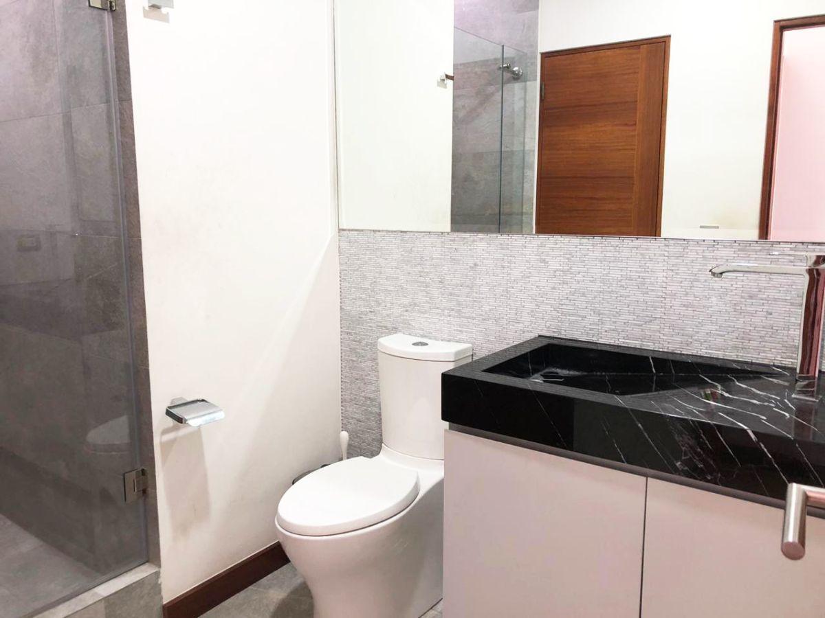 28 de 28: Cuarto baño completo (visita) en el piso 8.