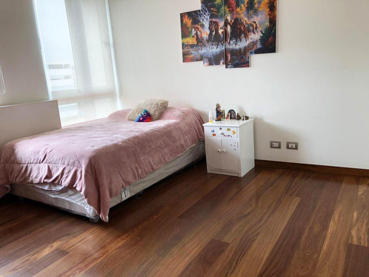 20 de 28: Primer dormitorio con corriente 110V y 220V.