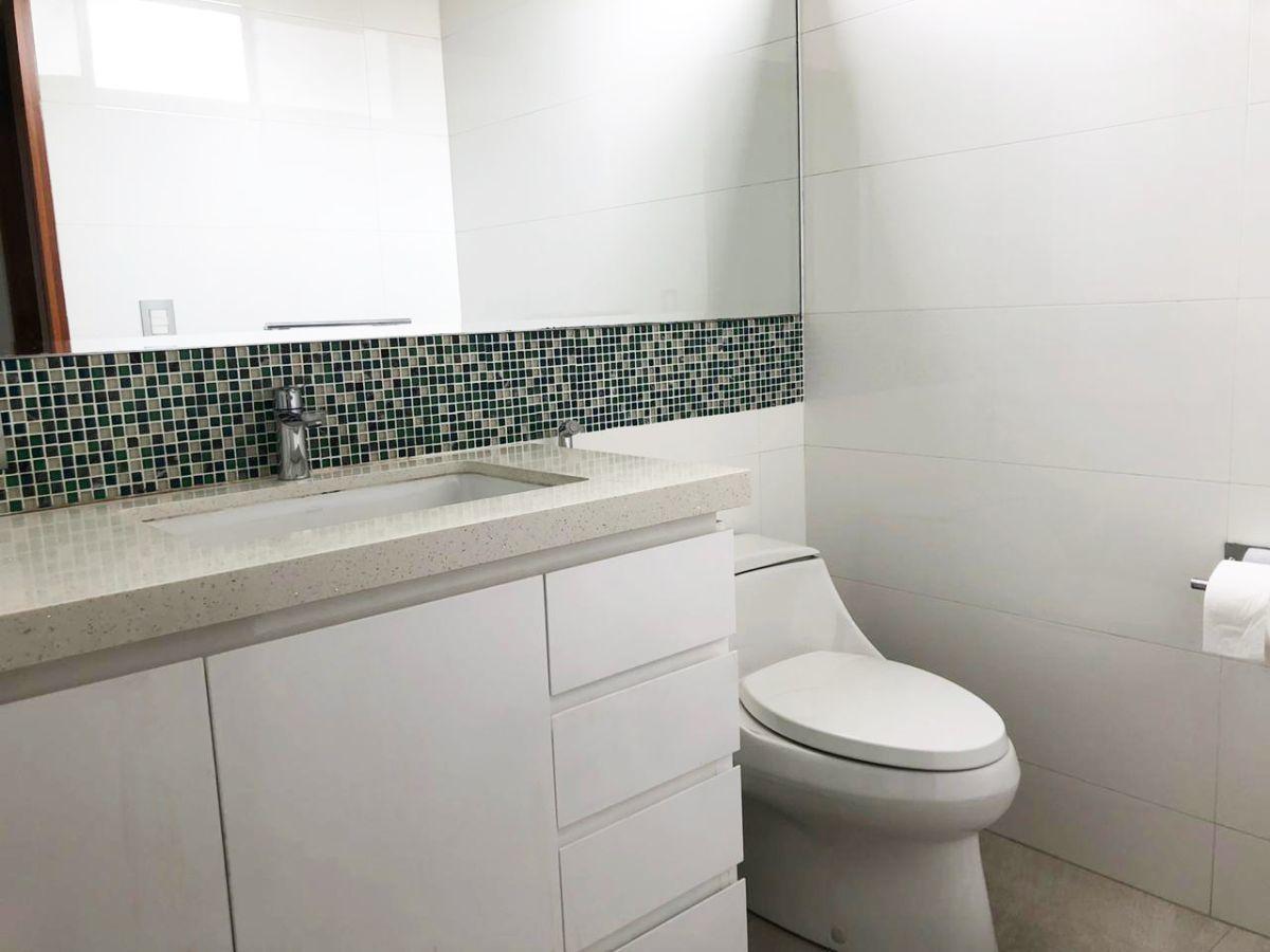 25 de 28: Baño del tercer dormitorio, tablero de granito.
