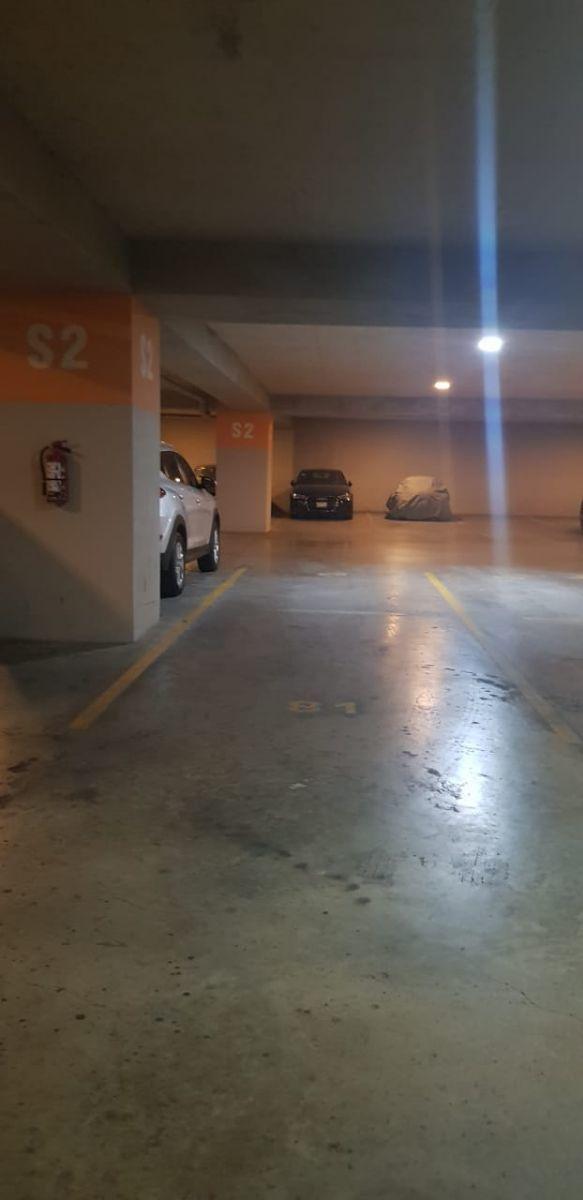 26 de 32: dos lugares en línea de estacionamiento y uno independiente