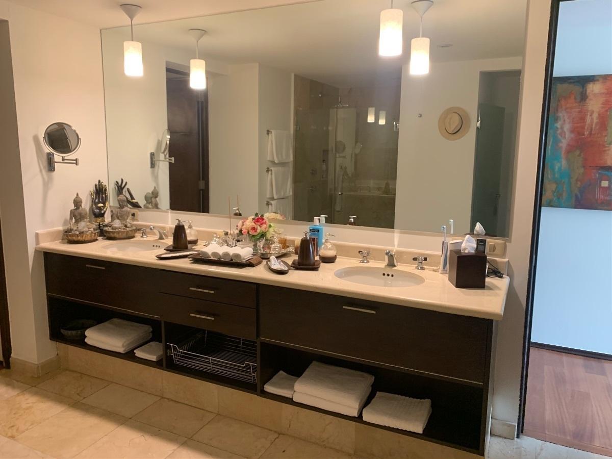 27 de 45: Doble lavabo en baño principal