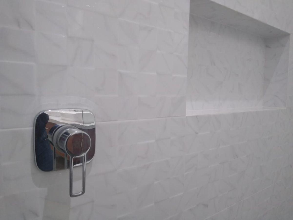 12 de 18: Detalle baño principal con hornacina.