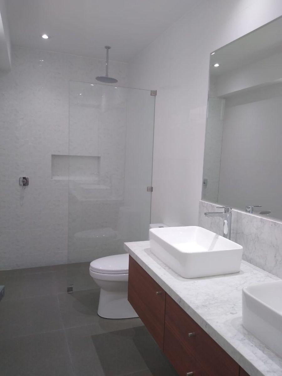 13 de 18: Baño principal con doble poza.