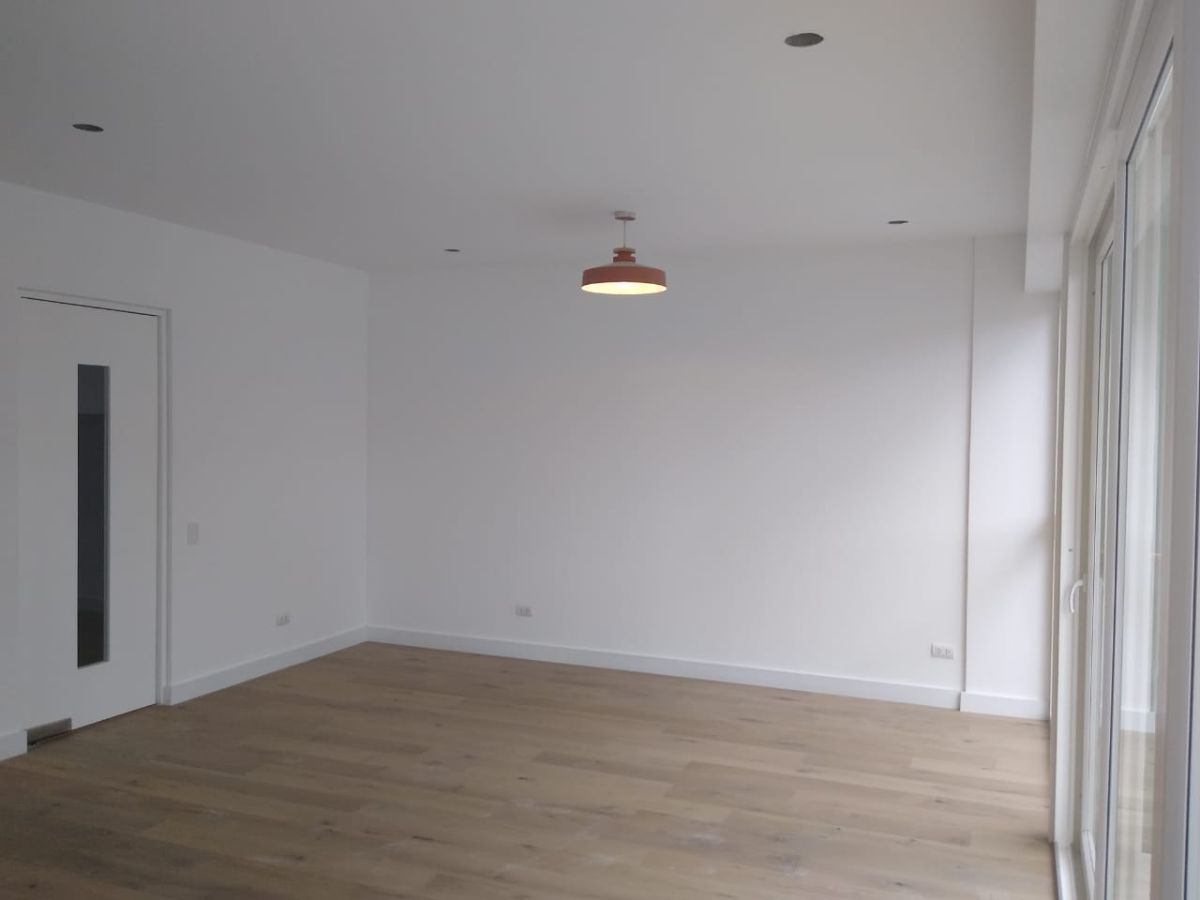 8 de 18: Comedor. El piso es de madera estructurada alemán.