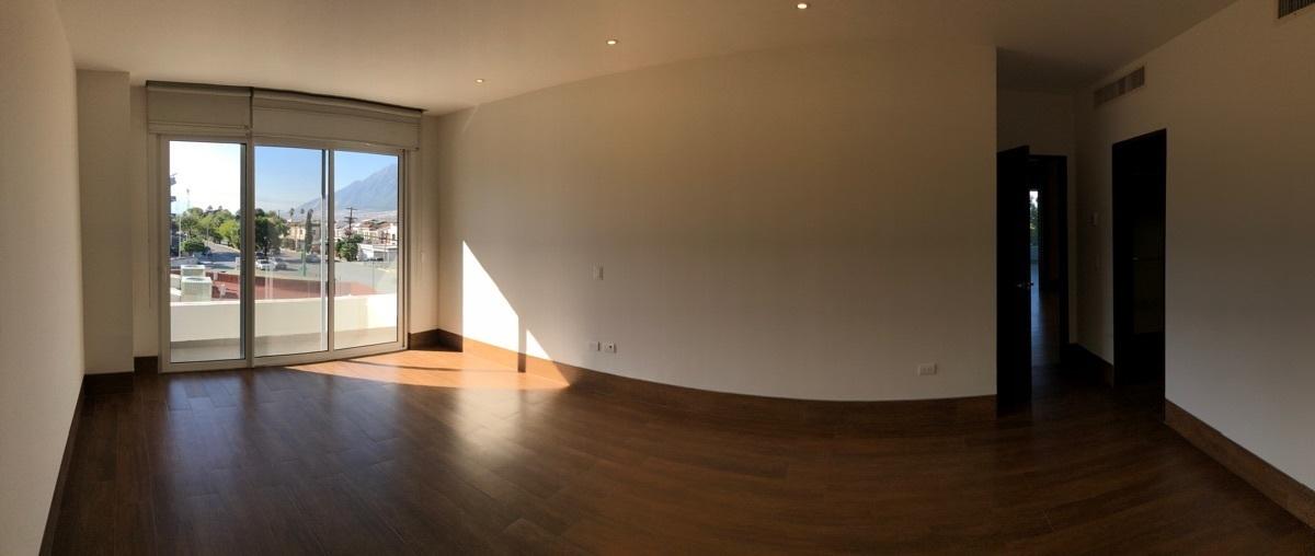9 de 26: Recámara principal con balcón, ventanas duovent y persianas