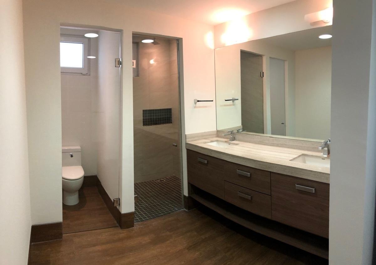 11 de 26: Baño en recámara principal con doble lavabo y cancelería
