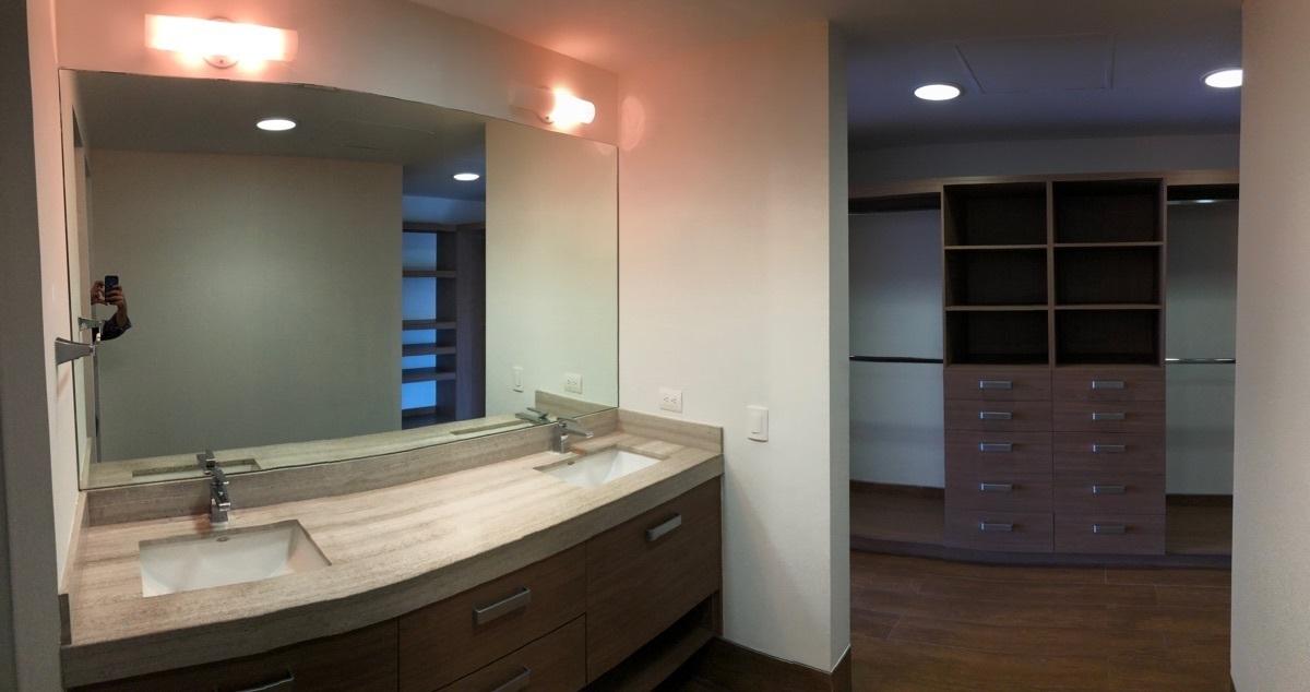12 de 26: Baño en recámara principal con walk in closet enorme