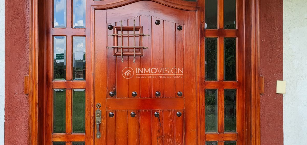 2 de 50: Puerta principal con fina carpintería