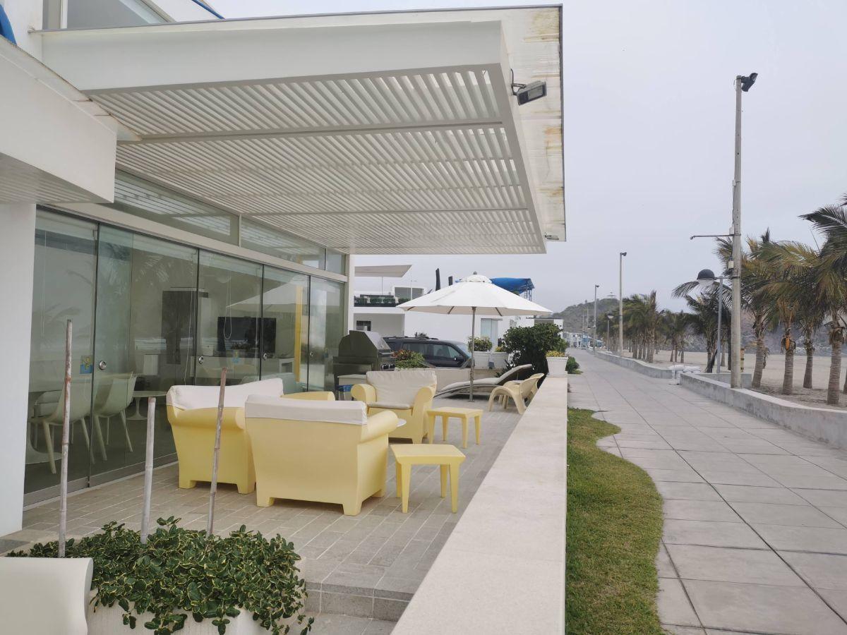 6 de 33: Terraza con muebles italianos y salida directa a la playa