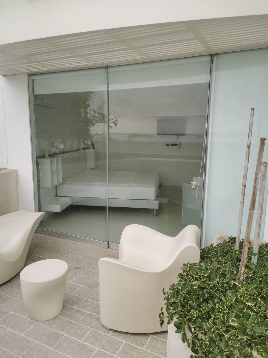 17 de 33: Dormitorio principal del piso 1 con salida a terraza privada