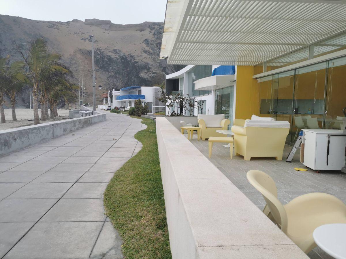 9 de 33: Terraza con muebles italianos y salida directa a la playa