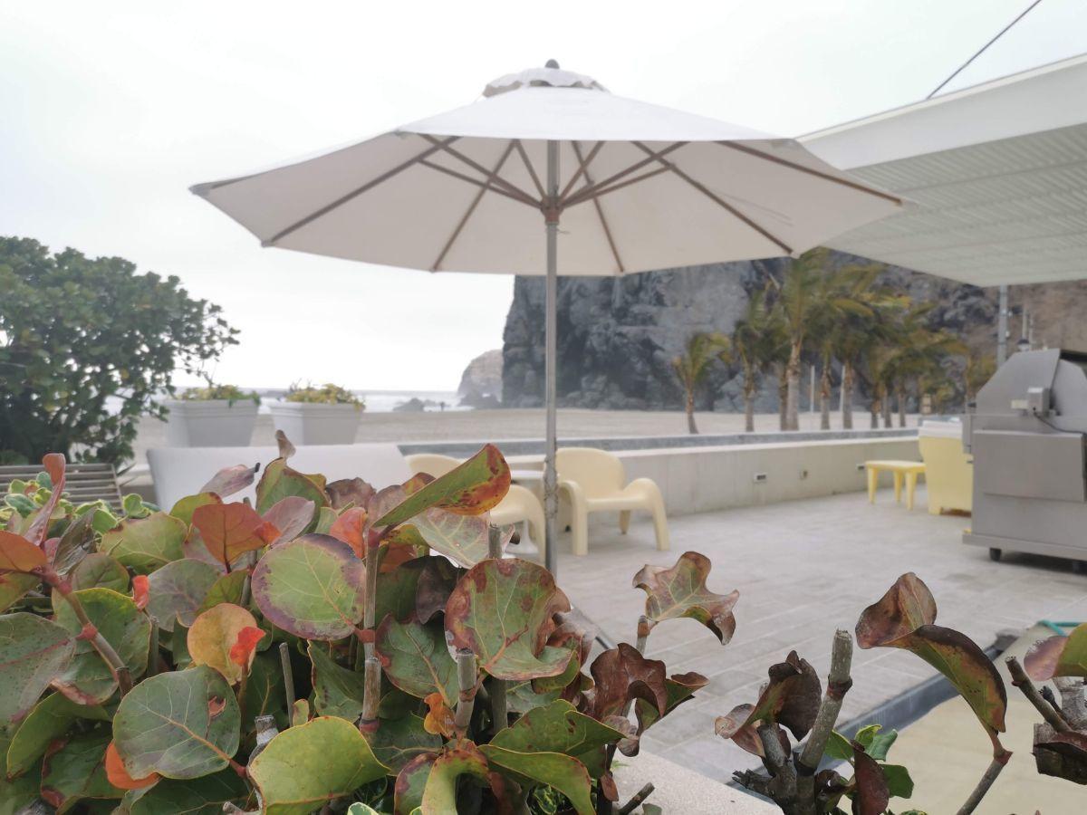 12 de 33: Terraza con muebles italianos y salida directa a la playa