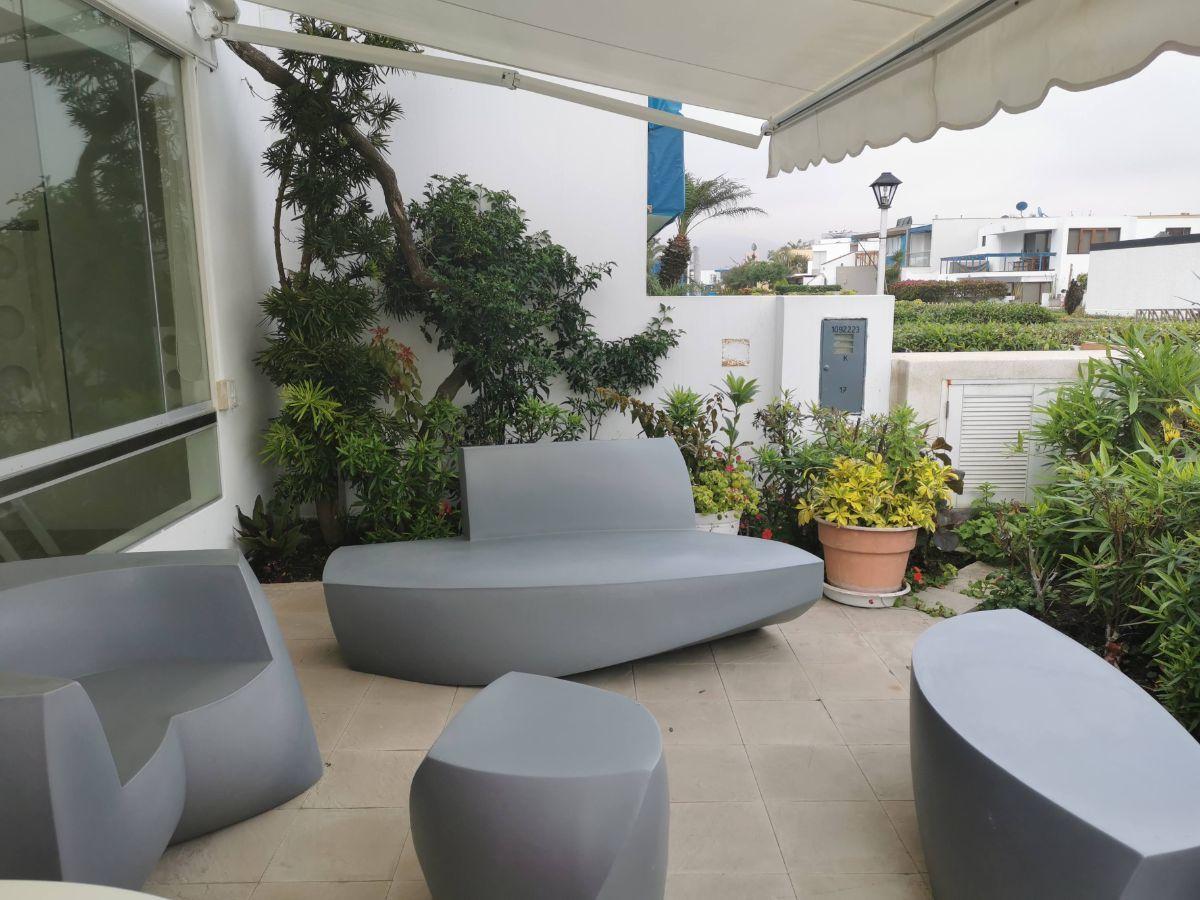 15 de 33: Terraza desde dormitorios secundarios con muebles italianos