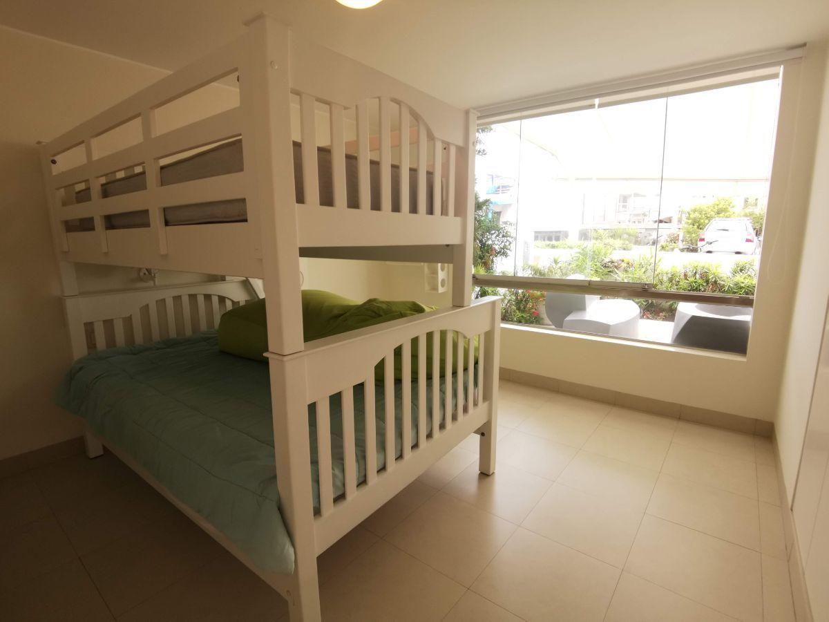 24 de 33: Dormitorio secundario piso 1 con vista a terraza con toldo