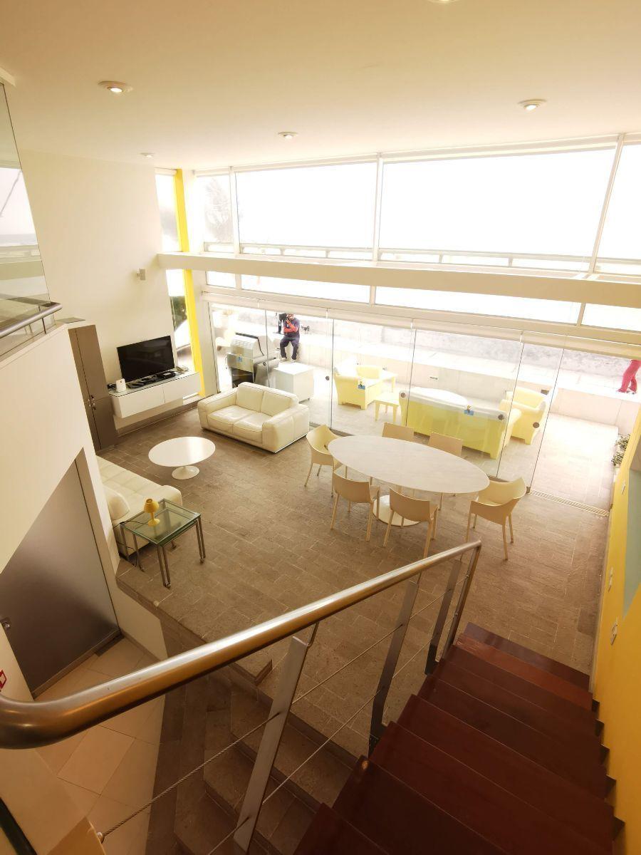 18 de 33: Área social con techo de doble altura