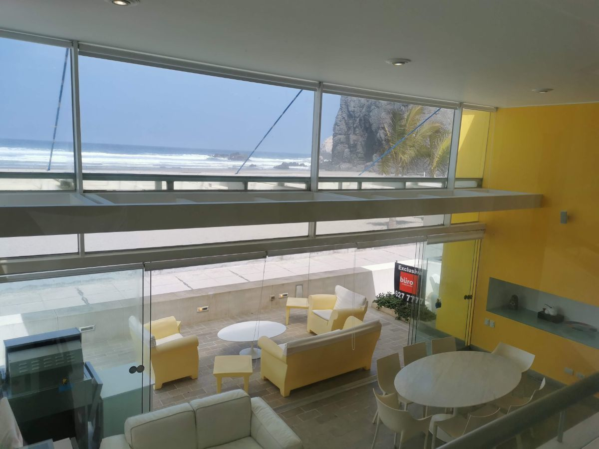 3 de 33: Área social con techo de doble altura y espectacular vista