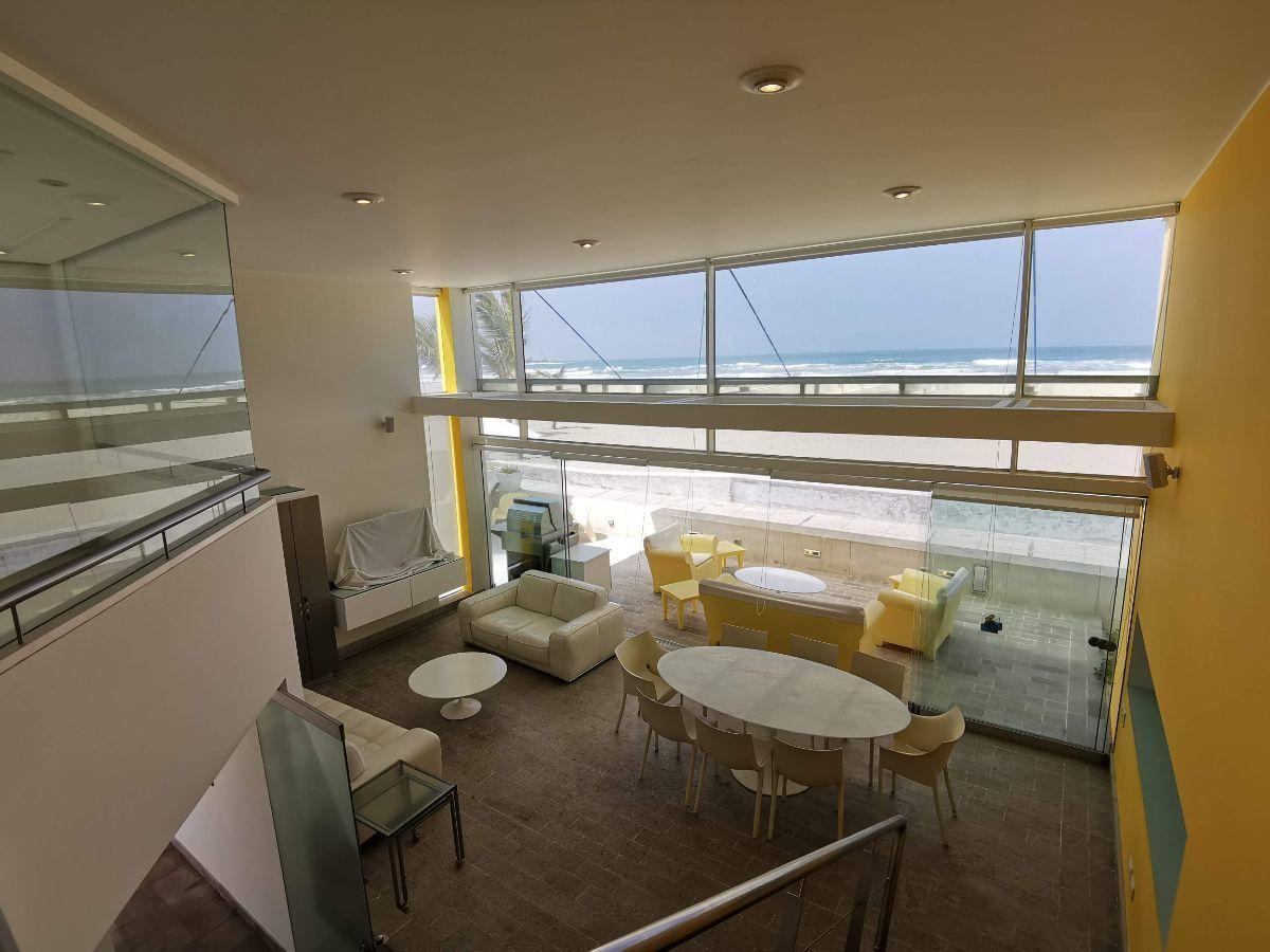 1 de 33: Área social con techo de doble altura y espectacular vista